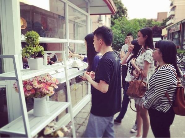 """由上海交大农业与生物学院学生程志才和另外三名同学发起的""""校园绿色氧吧""""项目是去年4月份入驻小红亭的首批创客项目之一,这座小红亭靠近上海交大第三餐饮大楼和学生服务中心,在交大学生中的人气很旺。我周围有不少同学会从网上买绿色植物回宿舍养,有些商家卖的植物很贵,而且并不好养,买回来没多久就死掉了,所以我就想能不能直接从我们学院实验大棚,或者和学校有合作的浦江农业示范基地找更好的植物给大家。程志才介绍,2014年他曾经和两名其他学院的同学做过一个校园水果店的创业项目,虽然因为各方面原因最终没能延续下"""