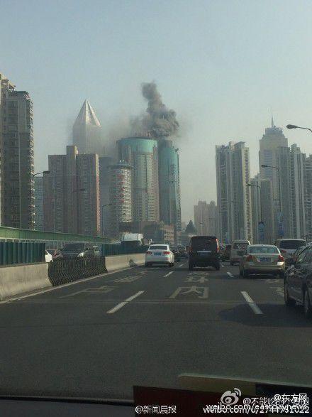 上海长征医院顶楼发生火情 人民广场高空都是烟味图片