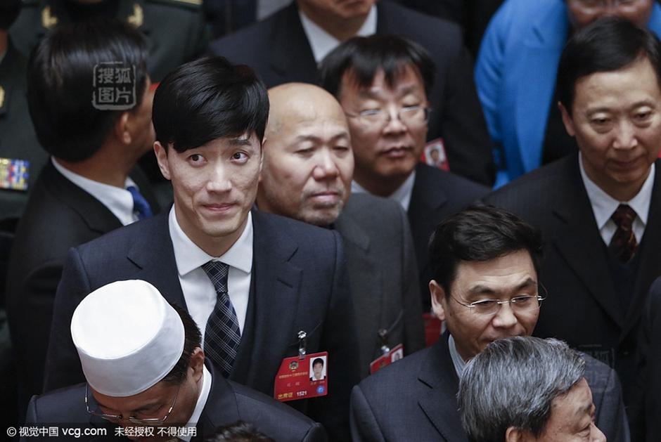 上海热线意思表情--两手机捂嘴害羞萌态十图表情包频道新闻图片