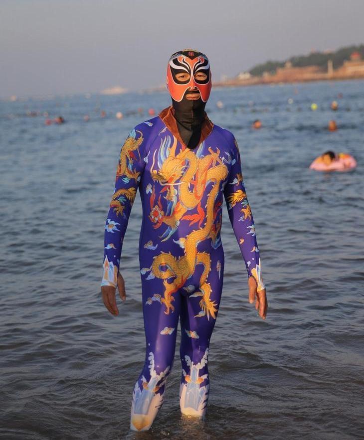 8月28日,山东青岛第一海水浴场海边,身穿连体脸基尼的青岛大妈,泳衣