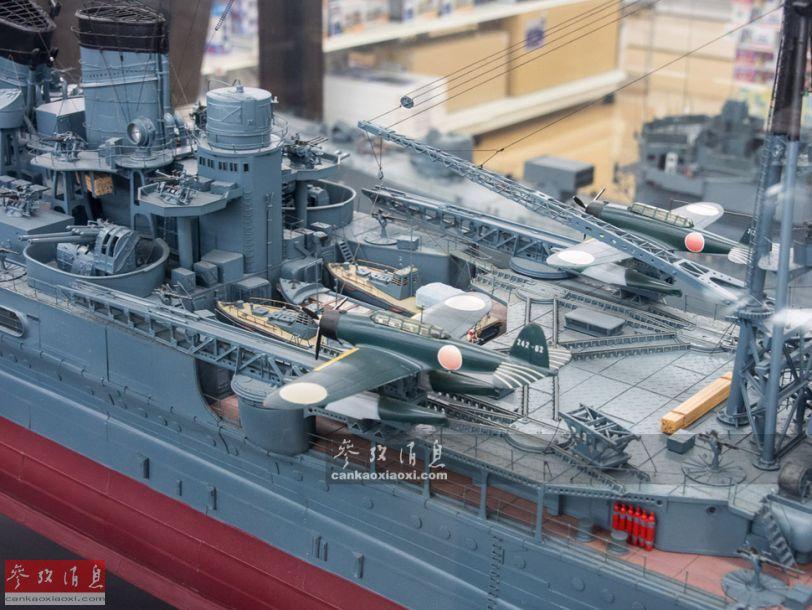 图为靠近舰舯部的水上飞机弹射器,可见零式水上侦察机和交通艇.