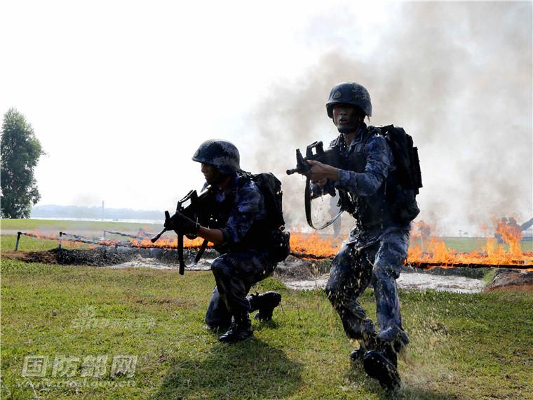 守卫南海岛礁!解放军海军陆战队穿越烈焰硝烟