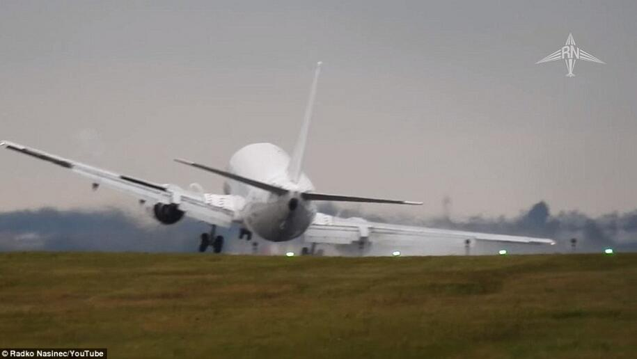 飞机降落瞬间被大风吹歪