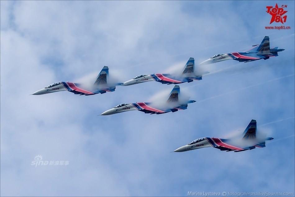 俄罗斯勇士飞行表演队采用的是苏-27ub型战斗机,6架空中表演飞机已