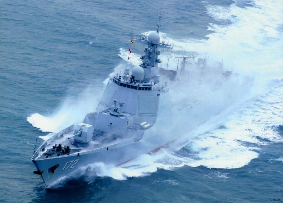 由于液冷系统的冷却能力较大,加上天线阵面加大,因此新相控阵的输出功率与持续运作性能应优于346型雷达。052D的后舰体轮廓与构型与052C基本相同,但尾部船楼结构有较为明显的变化,首先机库从左侧移到中间的位置,两侧增设与054A类似的封闭式小艇容舱;