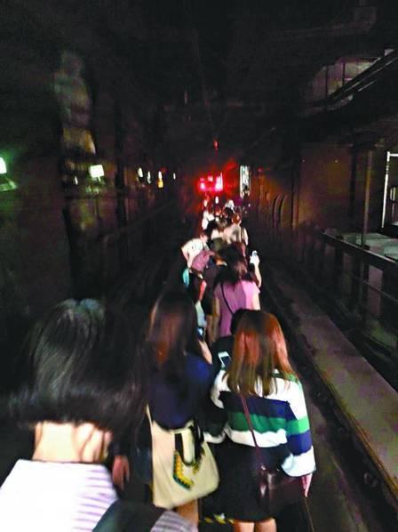 香港地铁故障瘫痪近2.5小时 千人摸黑行轨