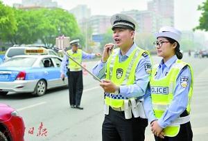 交警直播执法成网红:靓仔骑这么靓的车有牌有证吗?
