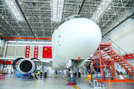 国产大飞机C919停放在中国商飞公司试飞中心祝桥基地机库内(4月11日摄)