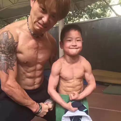 杭州7岁半男孩练出8块腹肌 肌肉男都要被他秒杀