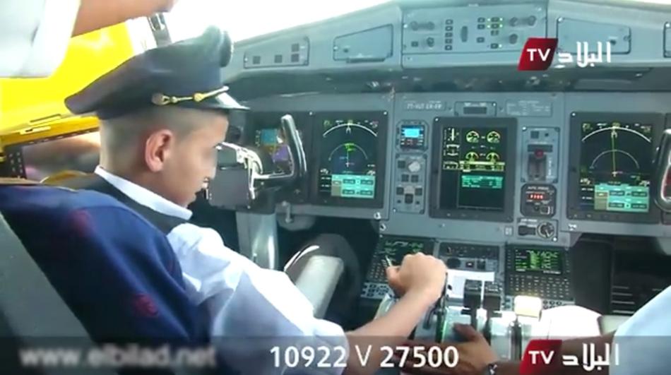 近日,阿尔及利亚航空一架飞机两名机师让一名参与孤儿活动的10岁