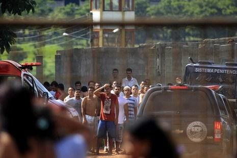 巴西监狱发生暴动 一百多名囚犯趁乱越狱已有27名逃犯被抓回