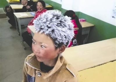 孩子家离学校4.5公里,平时都走路一个多小时来上学.