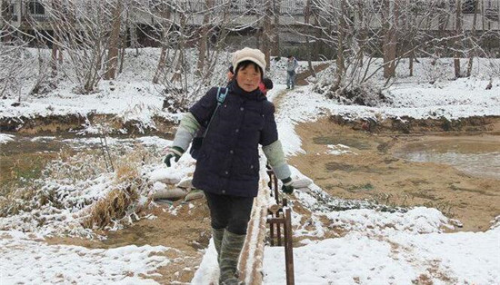 学生踩独木桥上学 67名学龄儿童每天如此!
