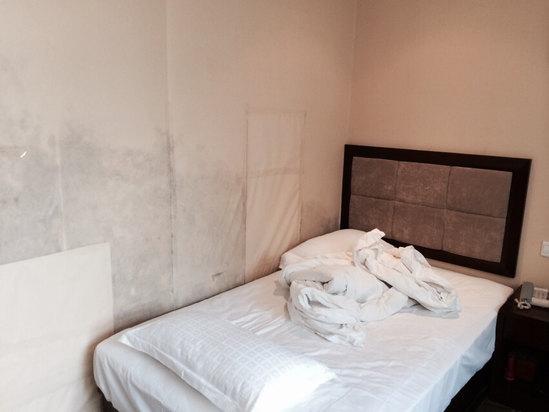 韩酒店被曝高大脏 刷马桶的刷子直接刷杯子令人作呕