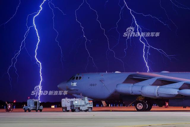 2017年12月19日,一架B-52战略轰炸机即将降落到巴克斯代尔空军基地,在降落过程中机组人员突然听到一些令人心惊肉跳的,来自外部的砰砰爆炸声。不过这架B-52战略轰炸机还是安全降落,一到地面机组人员发现他们听到的声音实际上是飞机被一道闪电击中,并将飞机尾部撕裂出一个人大小的裂口,这差点就会出大事情。(来源:鼎盛军事)