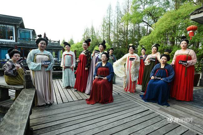 """唐代仕女现身西湖 胖姑娘游客见识活的""""唐本俑"""""""