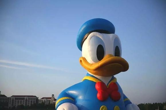 迪士尼巨型唐老鸭亮相 让很多小朋友兴奋不已图片 93822 580x386