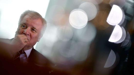 阿富汗难民被遣返后自杀 德国内政部长被要求辞职