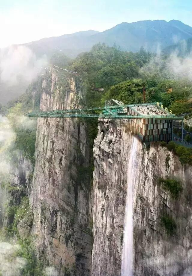 http://news.online.sh.cn/news/gb/content/attachement/jpg/site1/20180716/IMGf48e3894467148171279731.jpg /enpproperty-->   重庆天空悬廊居然长成这样,它位于重庆奥陶纪主题乐园,悬空于300米高的悬崖峭壁之上,被称之为世界最长的悬挑空中玻璃走廊。   没错,就是世界第一,已申请吉尼斯世界纪录