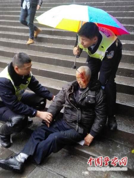警民撑伞摔倒老人 众人帮忙这样一幕禁止太暖心了