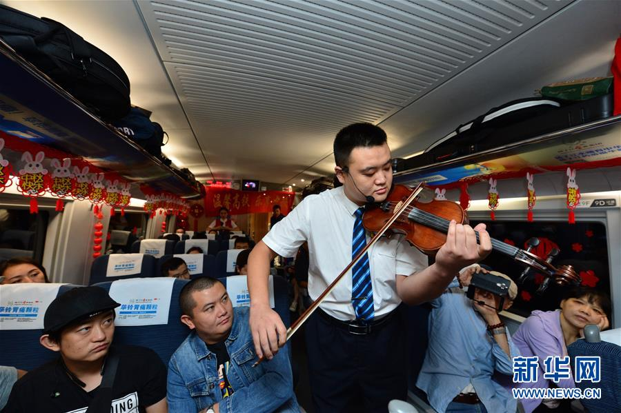 #(社会)(3)高铁上的中秋联欢会