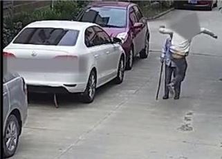 殴打老人男子被捕 老太太被一顿踢打幸好有好心群众去阻拦