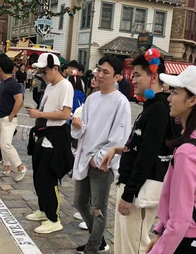 王思聪与陈雅婷同游日本贴心为女伴拎包