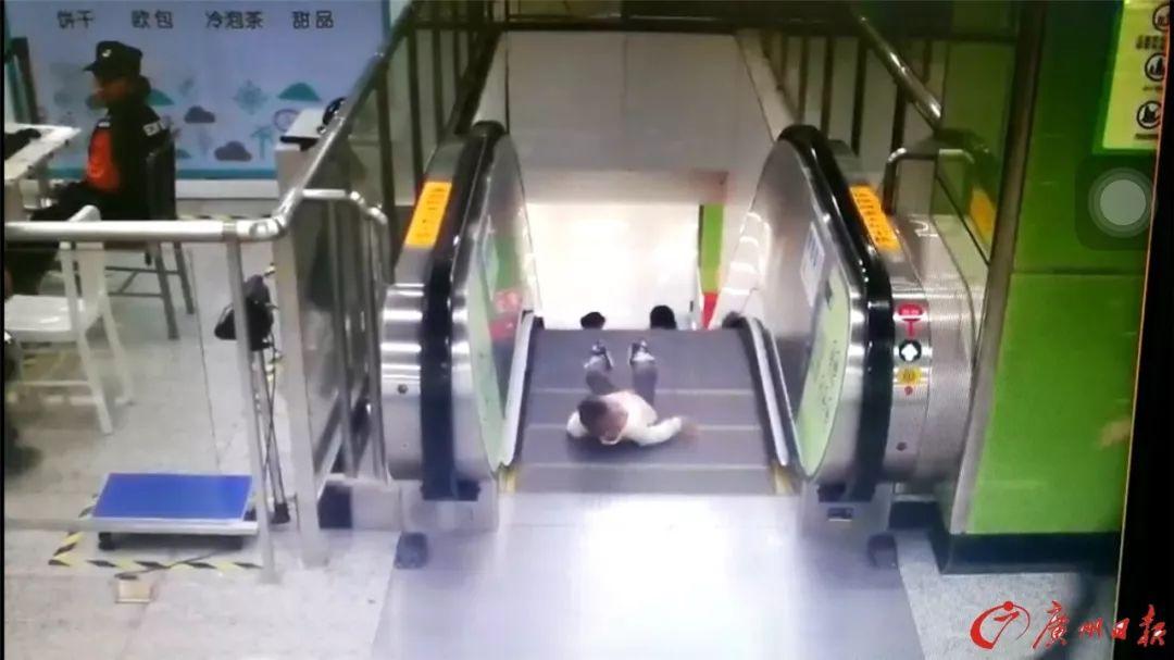 男童差1秒即从电梯坠落被小姐姐救下 监控拍下全程
