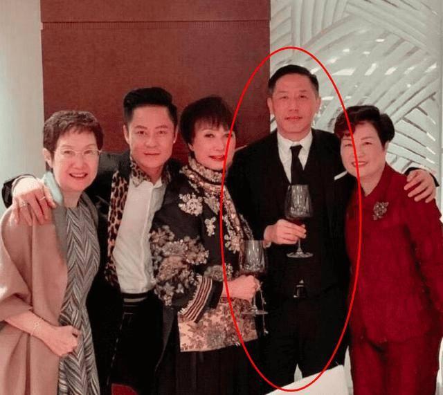 邓光荣小女儿大婚 巨星云集,张学友、唐鹤德都现身婚礼现场。