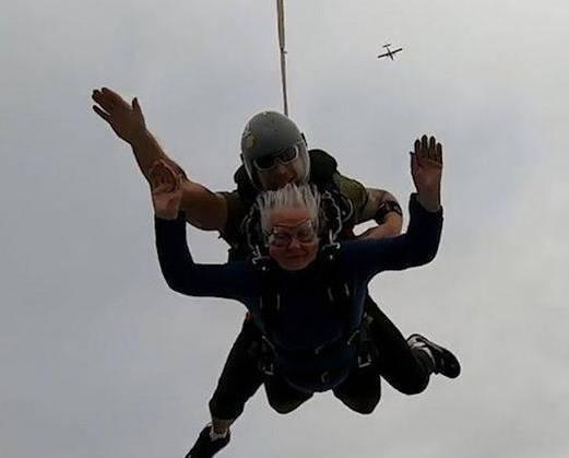 老奶奶高空跳伞 一举打破了世界最年长跳伞者的纪录