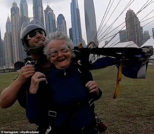 太酷了 82岁老奶奶迪拜13000英尺高空玩跳伞