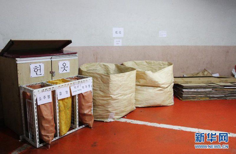 在韩国首尔市中心一家公寓楼的垃圾处理中心,垃圾桶上用中文或英文标明垃圾的类别(6月11日摄)。新华社记者姚琪琳摄