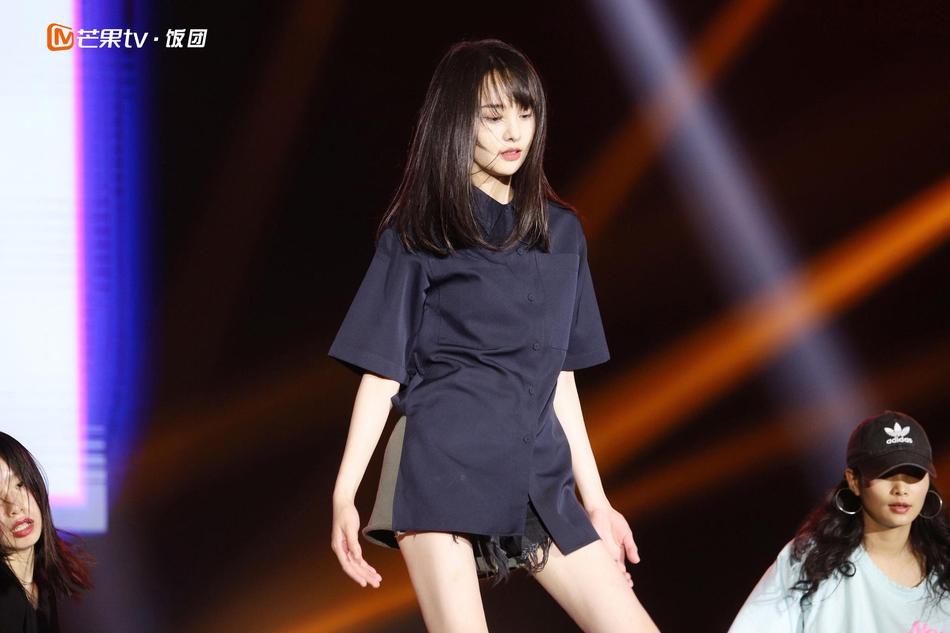 郑爽十周年生日会劲歌热舞 大号衬衣+短裤甜美清新