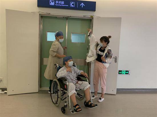 9月9日早上,捐完骨髓出来的子宽受到医护人员的表扬,姑姑赶紧接过他手里的血袋。 刘雪妍 摄