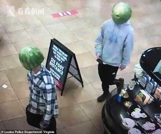 俩青年头戴西瓜皮进商店偷酒 还嚣张摆拍发抖音