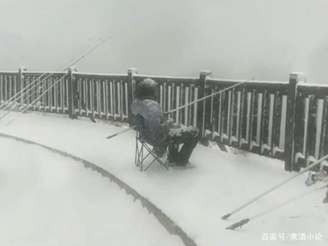 《【星图平台网】大连一男子顶着大雪钓鱼 钓友:下雪,只会影响甩竿的速度》
