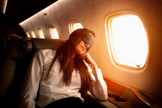 坐飞机时不要靠着窗户睡觉,来自工作24年空姐的提醒   潇湘晨报世界观