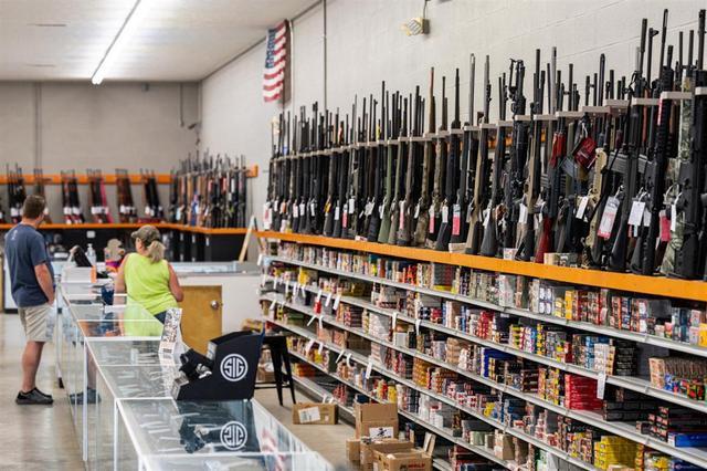 美国疫情下现买枪潮,单身妈妈像囤卫生纸一样囤枪,逼得军校都买不到弹药