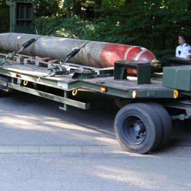 """德国八旬老人地下室藏有""""军火库""""!搜出二战坦克,高射炮和鱼雷"""