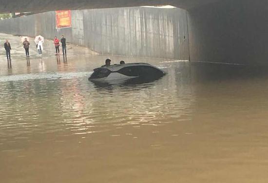 男子爱车被淹 索赔需要暴雨证明