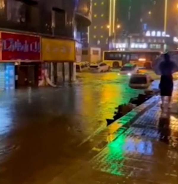 《【星图注册平台】长沙突降暴雨 有门店被淹近半 地库漏水积水淹没轮胎》