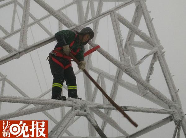 法晚(微信公号ID:fzwb_52165216)记者了解到,预警二级应急响应启动后,北京电力共安排2700余名电力员工、465辆抢修车辆待命,全市配备15台应急发电车,必要时提供应急供电服务。